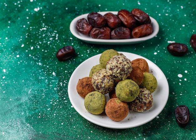 Zelfgemaakte gezonde veganistische truffelballetjes met rauwe energie met dadels en walnoten Gratis Foto