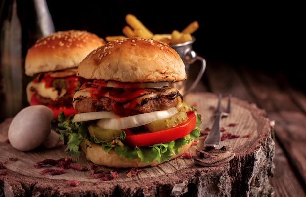 Zelfgemaakte hamburger met sla en kaas. Premium Foto