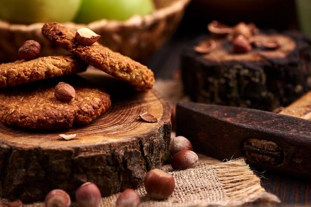 Zelfgemaakte havermout cookies met hazelnoten op houten achtergrond Premium Foto