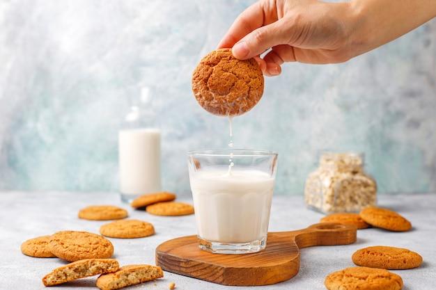 Zelfgemaakte havermoutkoekjes met een kopje melk. Gratis Foto