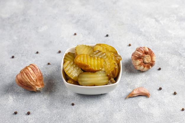 Zelfgemaakte heerlijke en biologische gemengde augurken. Gratis Foto