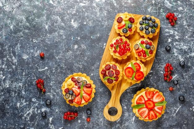 Zelfgemaakte heerlijke rustieke zomer bessen tartles. Gratis Foto