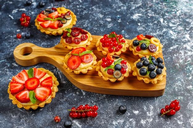 Zelfgemaakte heerlijke rustieke zomer bessen tartles Gratis Foto