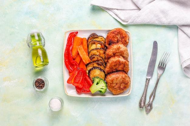 Zelfgemaakte heerlijke schnitzels met geroosterde groenten. Gratis Foto