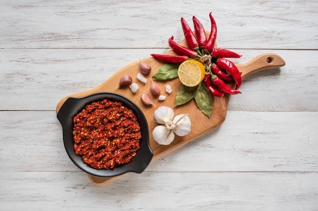 Zelfgemaakte hete adjika van hete pepers met kruiden. bovenaanzicht Premium Foto