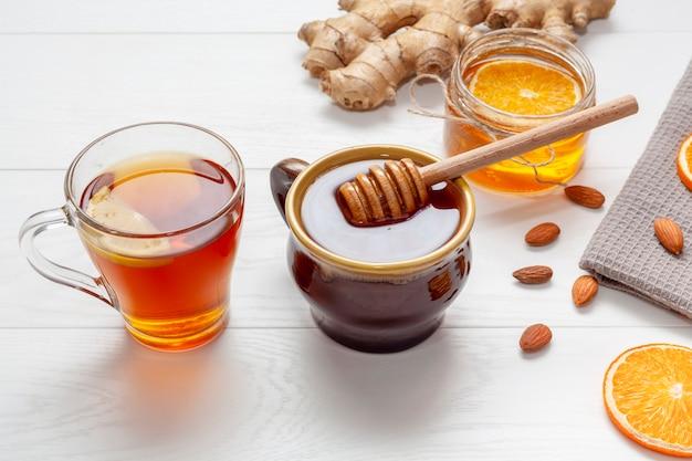 Zelfgemaakte honing met gember op een tafel Gratis Foto