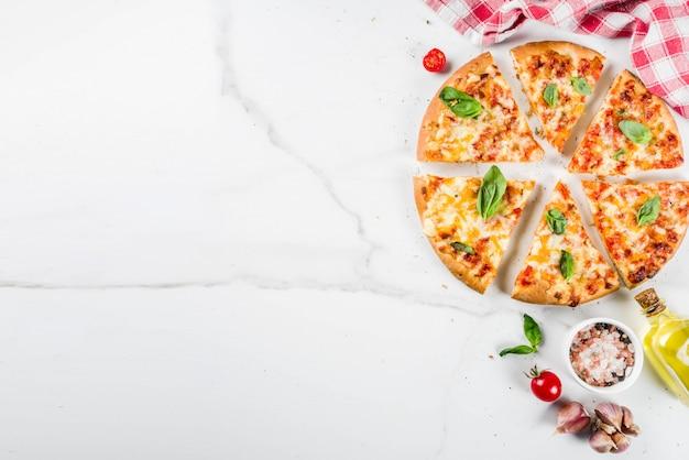 Zelfgemaakte kaasachtige pizza Premium Foto