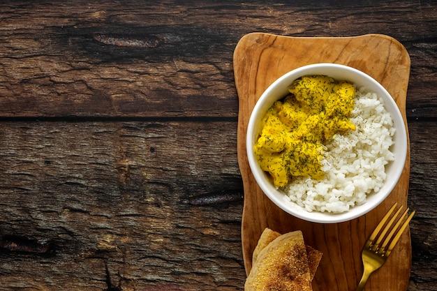 Zelfgemaakte kip met kerrie en basmati rijst Premium Foto
