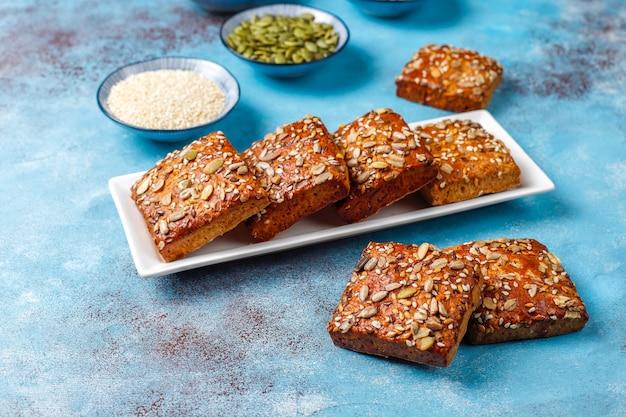 Zelfgemaakte knäckebrödkoekjes met sesam, havermout, pompoen en zonnebloempitten.gezonde snack, crackers Gratis Foto
