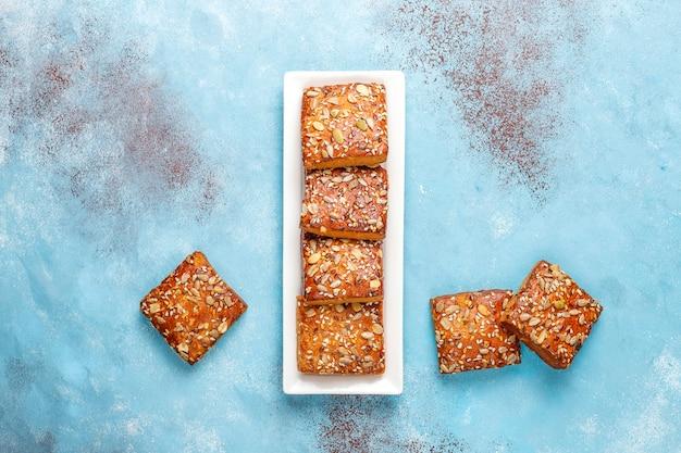 Zelfgemaakte knäckebrödkoekjes met sesam, havermout, pompoen en zonnebloempitten. gezonde snack, crackers Gratis Foto