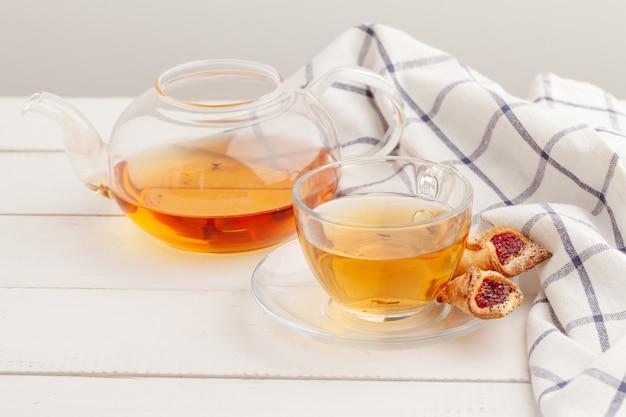 Zelfgemaakte knapperige koekjes en thee op een houten tafel Premium Foto