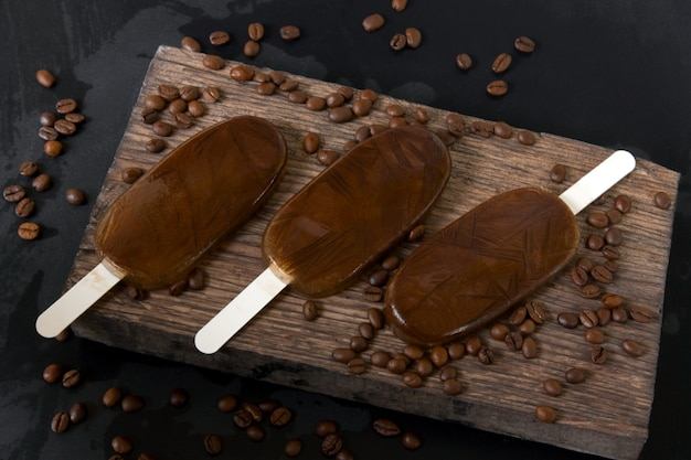 Zelfgemaakte koffie chocolade-ijs op een donkere achtergrond, zomer koud dessert Premium Foto
