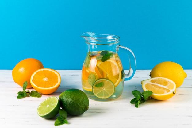 Zelfgemaakte limonade arrangement op tafel Gratis Foto