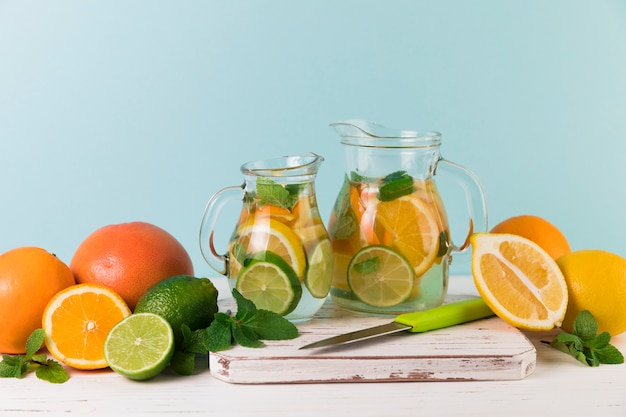 Zelfgemaakte limonadekannen met lichtblauwe achtergrond Gratis Foto