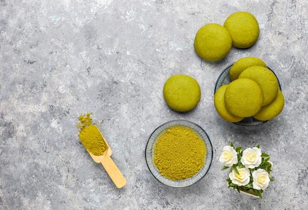 Zelfgemaakte matcha groene thee koekjes met matcha poeder op grijs beton Premium Foto
