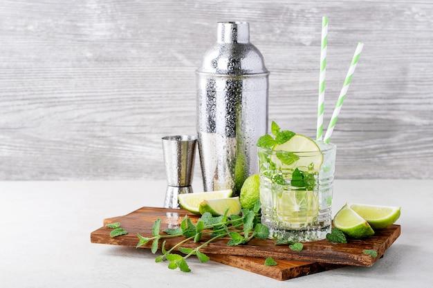 Zelfgemaakte mojito-cocktail Premium Foto