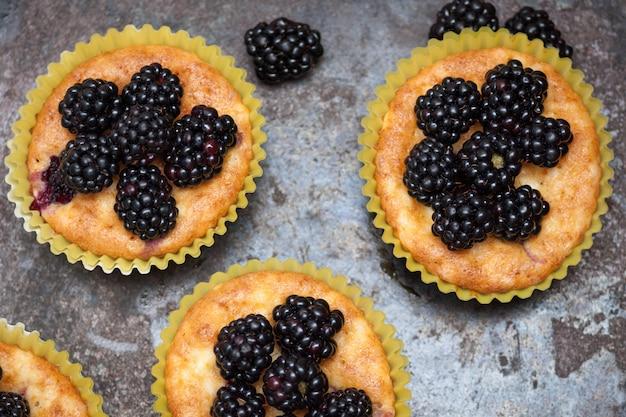 Zelfgemaakte muffins met bramen Premium Foto