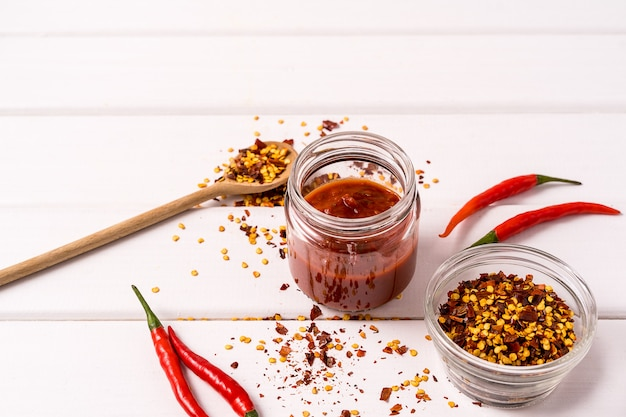 Zelfgemaakte rode harissa-pasta, chilipepers en verse rode chilipepers. Premium Foto