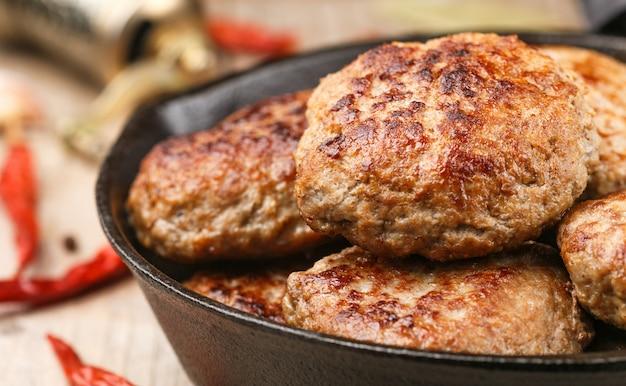 Zelfgemaakte sappige gebakken vleeskoteletten Premium Foto