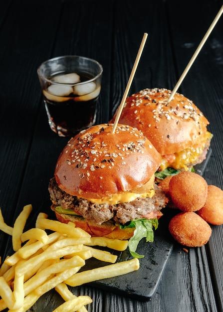 Zelfgemaakte sappige hamburgers op een houten bord Premium Foto