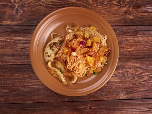Zelfgemaakte spaghetti, kipfilet courgette Premium Foto