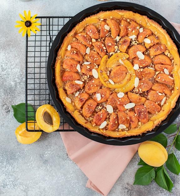 Zelfgemaakte taart met abrikozen en noten Premium Foto