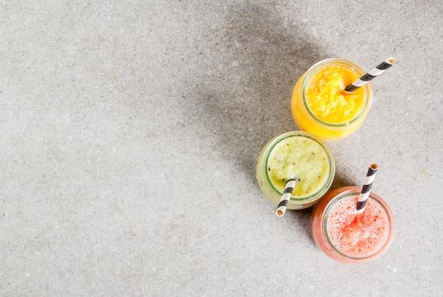 Zelfgemaakte tropische smoothies in potten Premium Foto