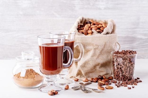 Zelfgemaakte warme chocolademelk drinken Premium Foto