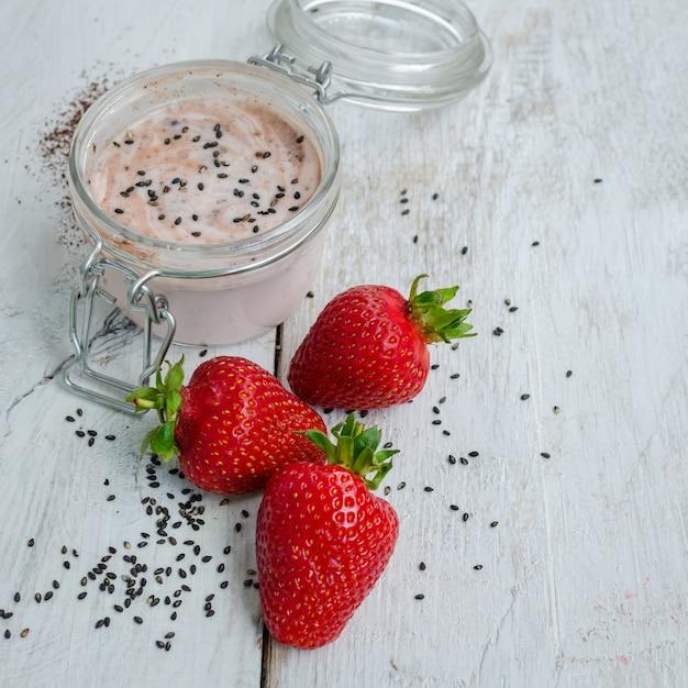 Zelfgemaakte yoghurt in een pot met aardbei Premium Foto