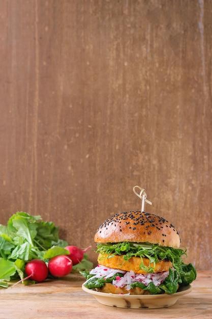 Zelfgemaakte zoete aardappel hamburger Premium Foto