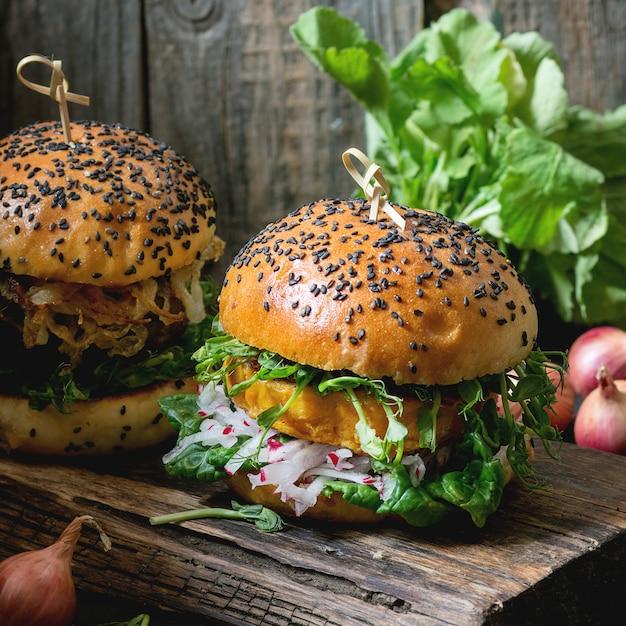 Zelfgemaakte zoete aardappelburgers Premium Foto