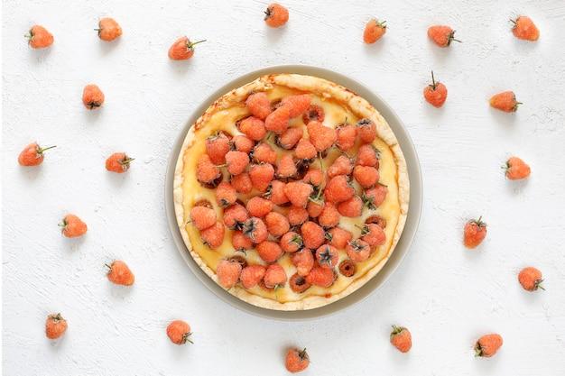 Zelfgemaakte zomer berry teer taart, verschillende bessen, gouden frambozen, bramen, rode bessen, frambozen en zwarte bessen, bovenaanzicht Gratis Foto