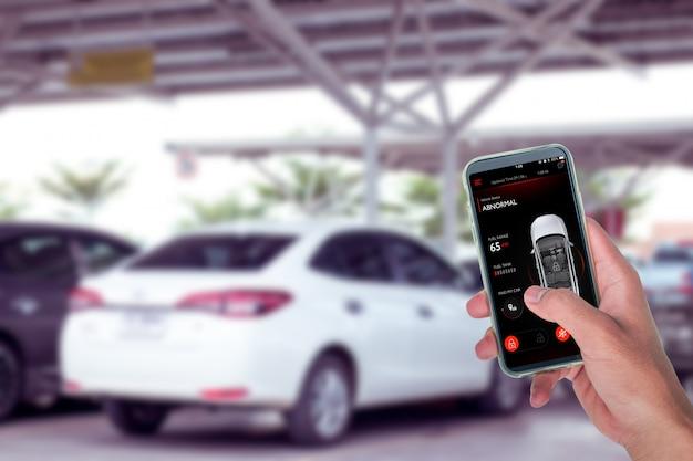 Zelfrijdende auto bestuurd met app op smartphone om te parkeren op de parkeerplaats. Premium Foto