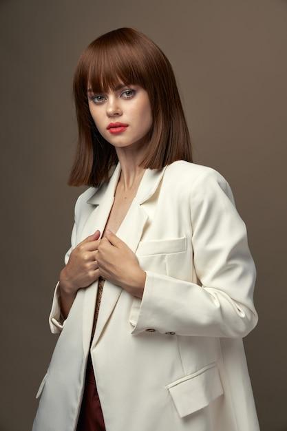 Zelfverzekerd meisje in mode kleding poseren voor de camerastudio Premium Foto