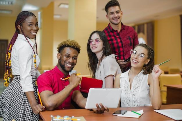 Zelfverzekerde jongeren studeren en poseren Gratis Foto