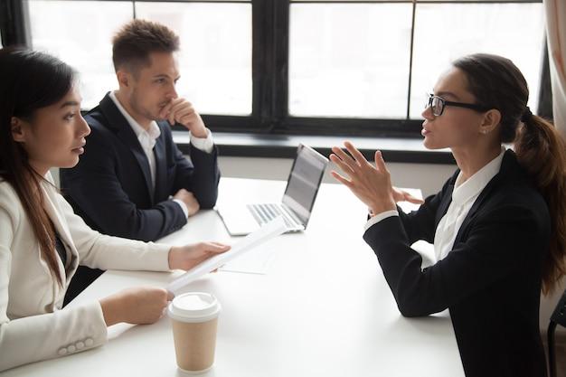 Zelfverzekerde sollicitant wordt beoordeeld door hr-managers te interviewen Gratis Foto