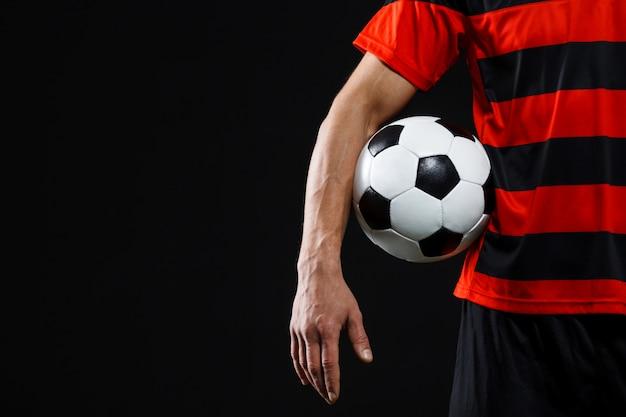 Zelfverzekerde voetballer met bal, voetballen Gratis Foto