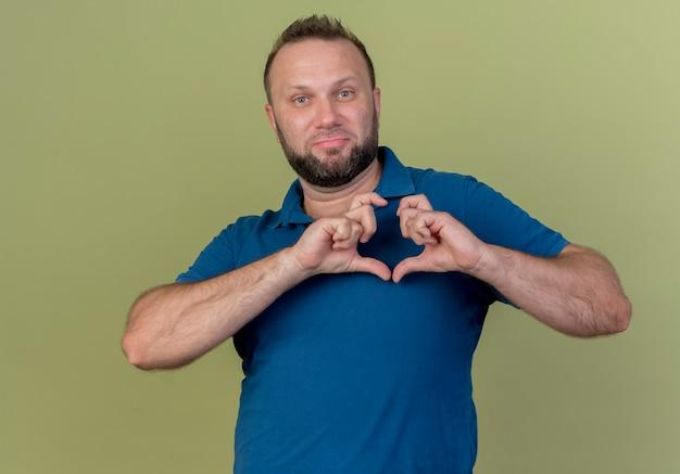 Zelfverzekerde volwassen slavische man die hartteken doet Gratis Foto