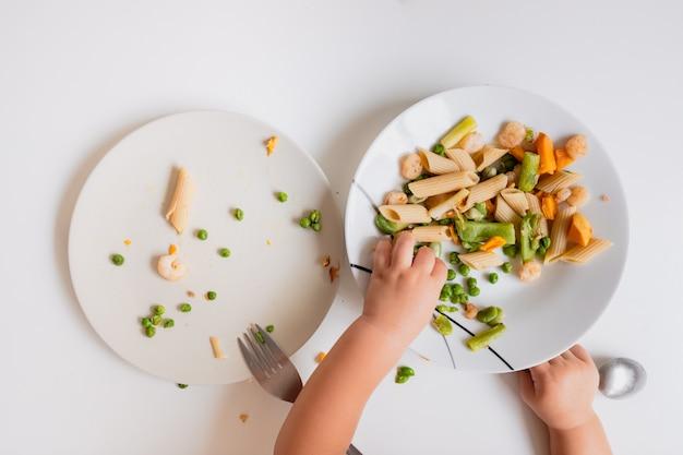 Zelfvoorzienende baby's om zelfstandig te eten zijn onafhankelijker. Premium Foto