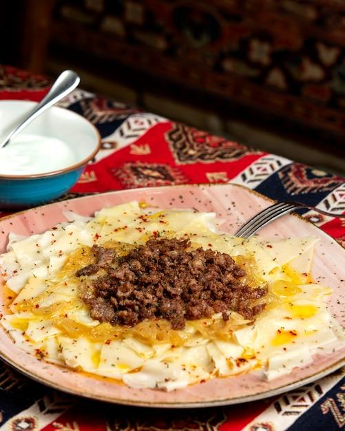Ð ° zerbaijani khinkali met vleessaus en gebakken uien Gratis Foto