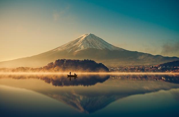 Zet fuji bij meerkawaguchiko, zonsopgang, wijnoogst op Premium Foto