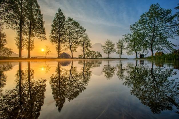 Zet fuji op die in meer, japan wordt weerspiegeld. Premium Foto