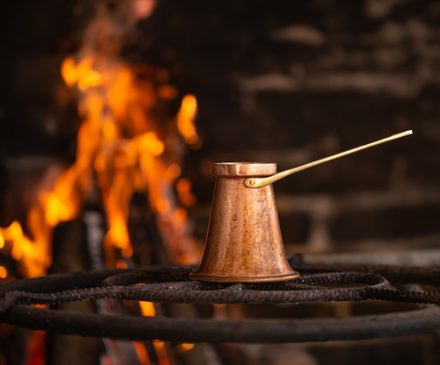 Zet koffie in een turk op open vuur. Gratis Foto