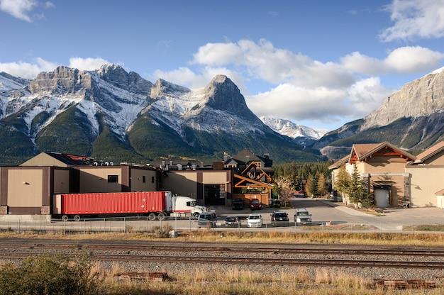 Zet lawrence grassi met dorp dichtbij de spoorweg in canmore op Premium Foto