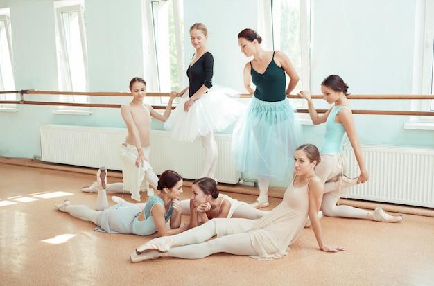 Zeven ballerina's bij balletbar Gratis Foto