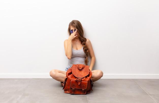 Zich walgend voelen, de neus vasthouden om te voorkomen dat je een vieze en onaangename stank ruikt Premium Foto