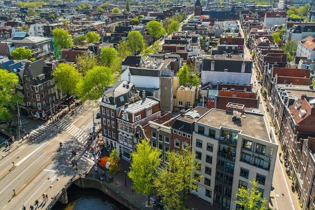 Zicht op amsterdam met straten en huizen Premium Foto