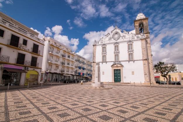 Zicht op de belangrijkste kerk van de stad olhao, portugal. Premium Foto