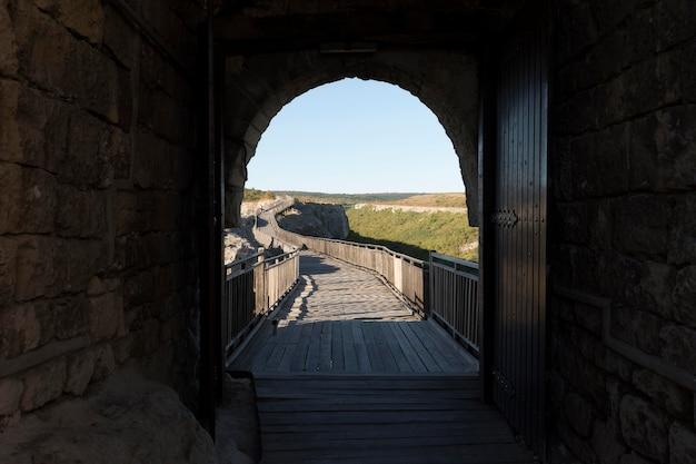 Zicht op de brug vanuit de tunnel Premium Foto