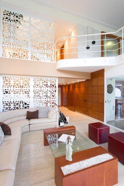 Zicht Op De Woonkamer In Het Huis Met Dubbele Hoogte Huis En Decoratie Premium Foto